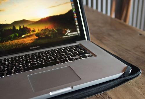 Macbook pro protégé par une housse Tribbes